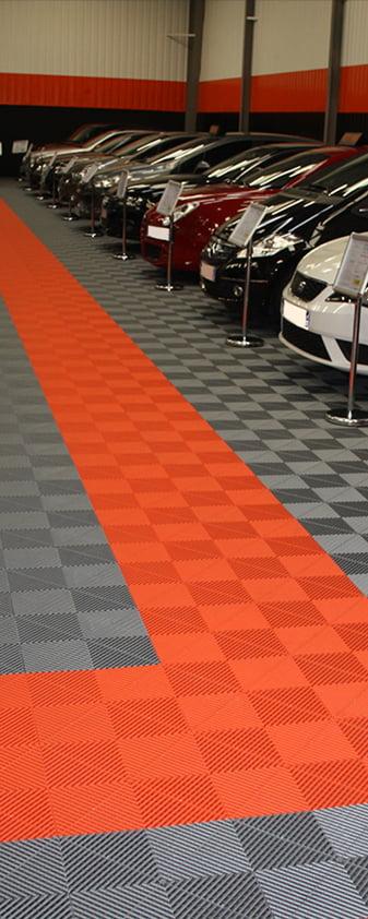 dalles de sol Polydal gris orange pour showroom