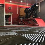 dalles de sol damier Polydal atelier privé moto