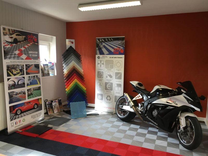 dalles_de_sol_Polydal_gris_noir_rouge_showroom