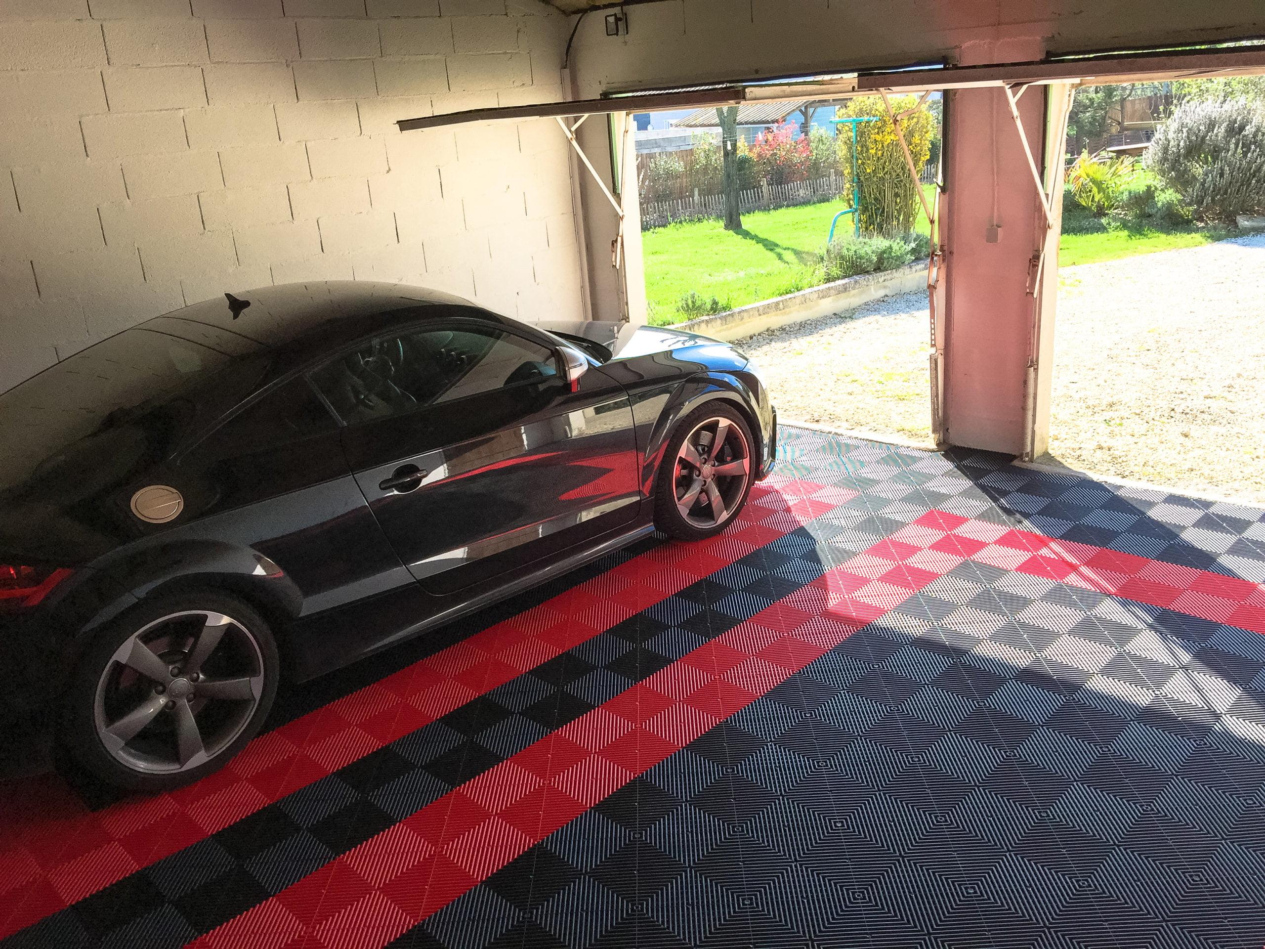 dalles de sol Polydal rouge et noir Audi