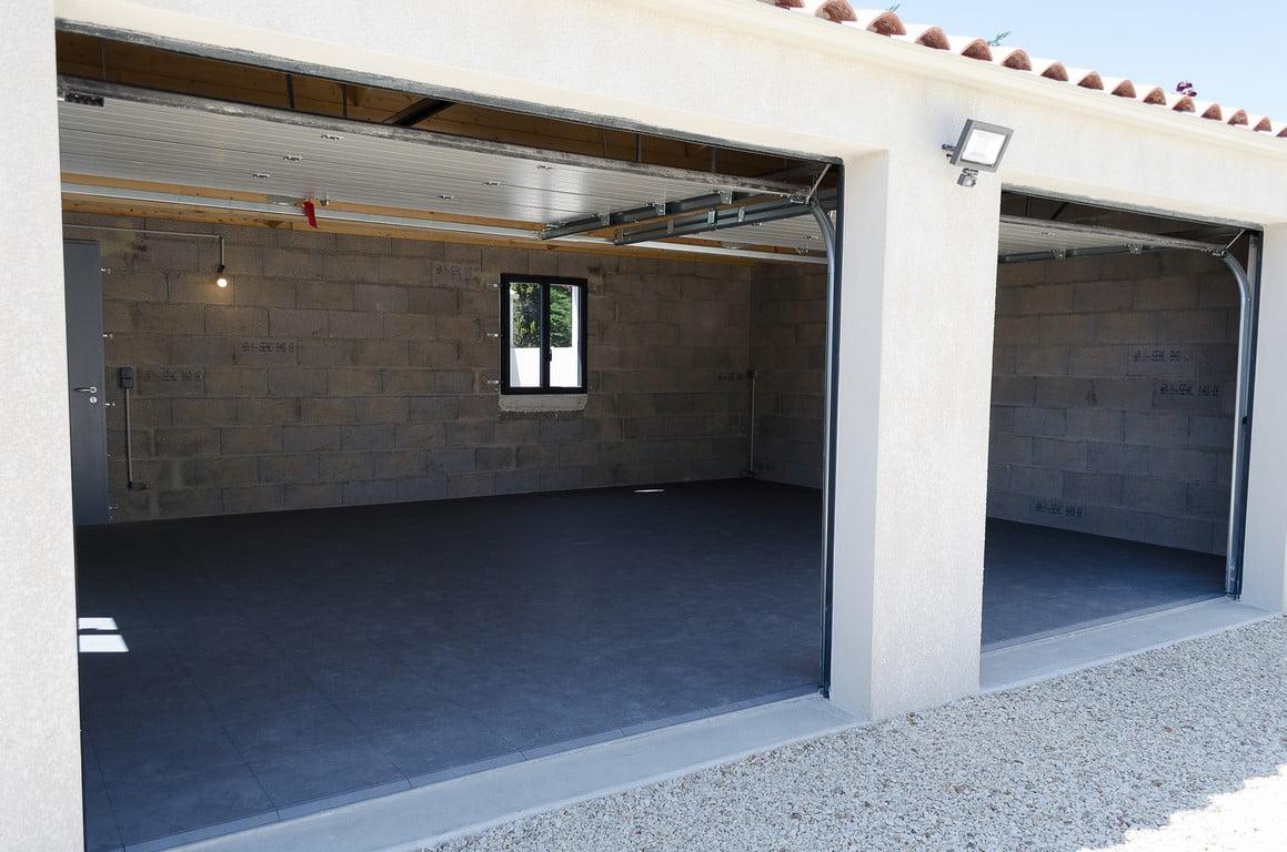 sol Polydal esprit pierre gris foncé dans garage privé