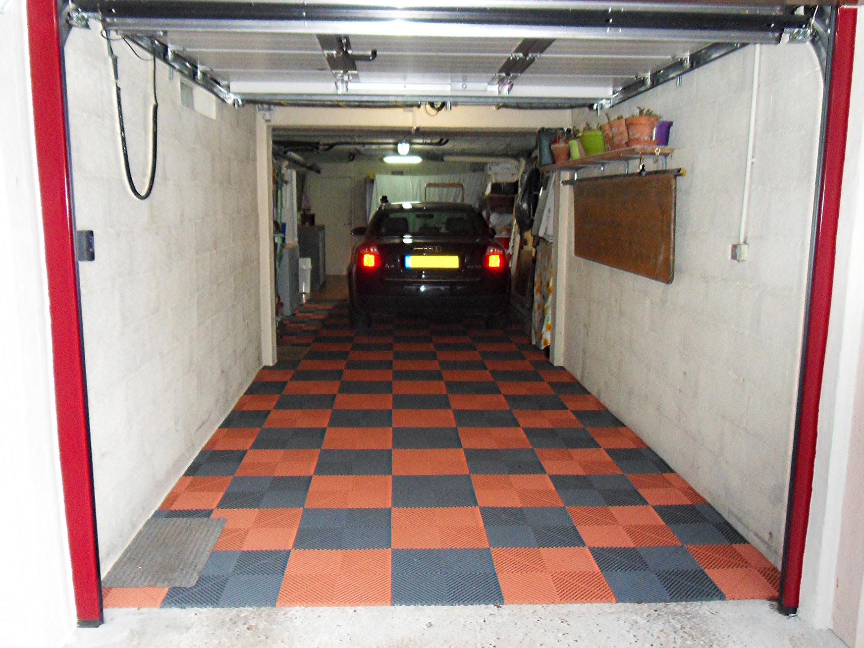 Polydal sol en damier noir et rouge garage privé